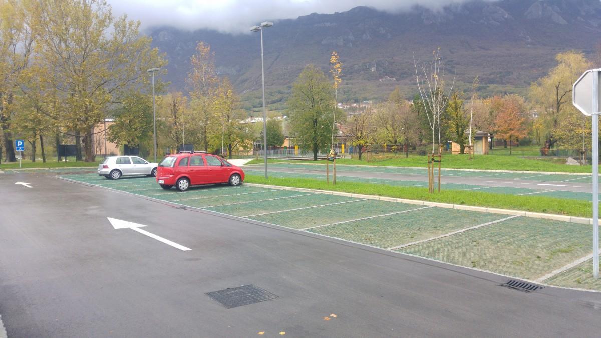 Parkiramo na čudovito urejenem brezplačnem parkirišču za grajskim obzidjem