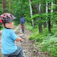 kolesarjenje_otrok_na_gozdni_poti-16x9